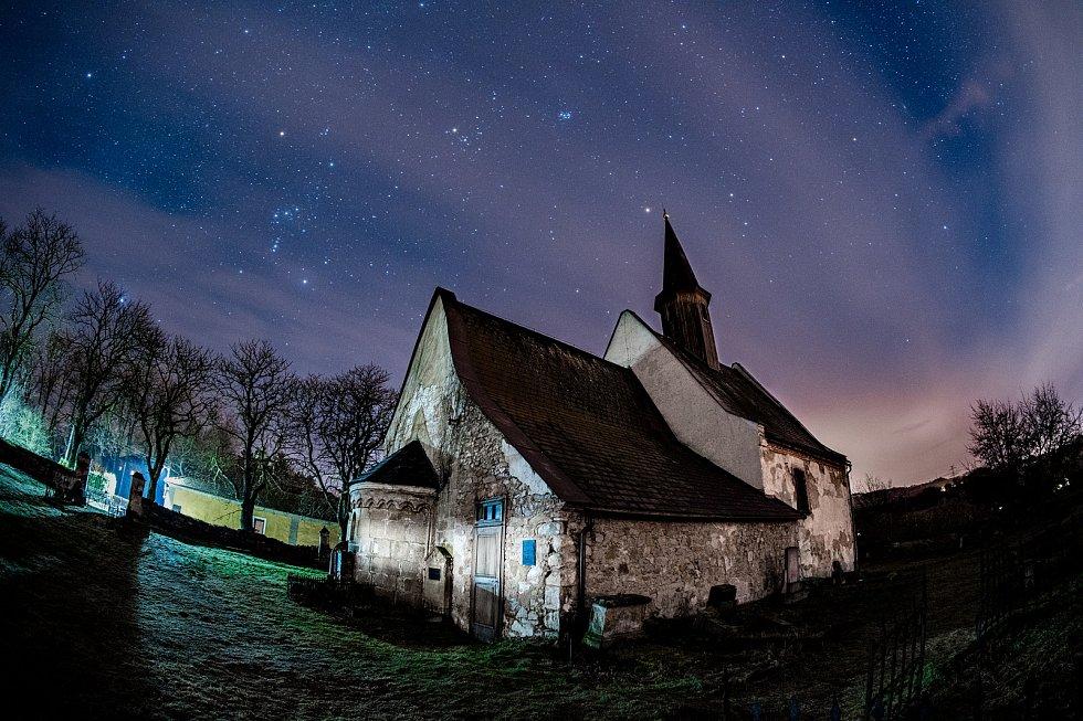 Kostel sv. Vavřince v Želině u Kadaně s noční oblohou a zářícím souhvězdím Orionu. (7.2.2021)
