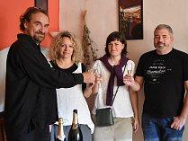 S Přemyslem Rabasem (vlevo) si připili jeho přátelé a podporovatelé v chomutovském Café Rouge. Druhá zleva je senátorova žena Iveta Rabasová Houfová, starostka obce Blatno.