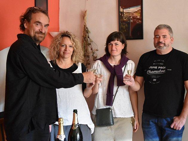 SPřemyslem Rabasem (vlevo) si připili jeho přátelé a podporovatelé vchomutovském Café Rouge. Druhá zleva je senátorova žena Iveta Rabasová Houfová, starostka obce Blatno.