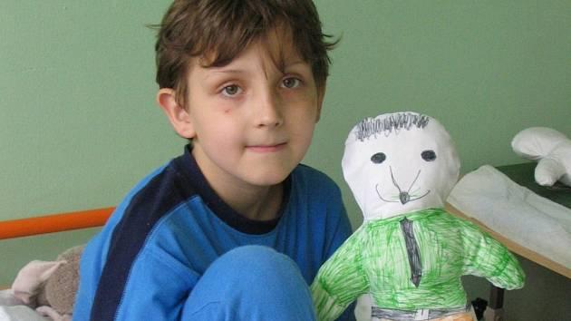 Děti, které se právě léčí v kadaňské nemocnici, dostaly bílé Kiwanis panenky z látky.