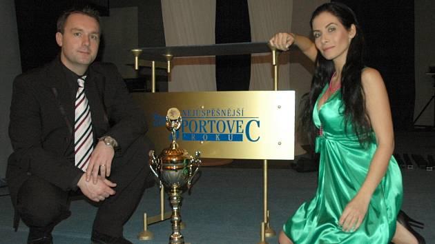 Moderátoři Eva Aichmaierová a Radek Šilhan.