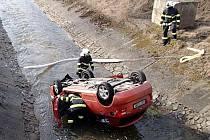 Hasiči u auta, které skončila v potoce u Prunéřova.