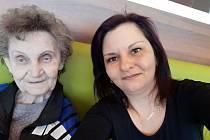 Dobrovolnice Jiřina Křemenová se seniorům stará o příjemné rozptýlení.