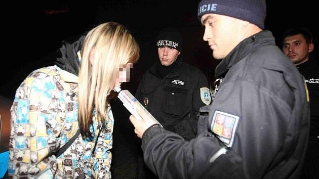Státní policisté a strážníci kontrolují neplnoleté návštěvníky diskoték, nočních podniků a barů v Chomutově