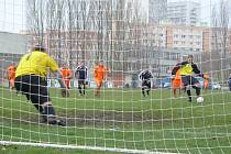 Brankář Petrovský kope vítěznou penaltu.