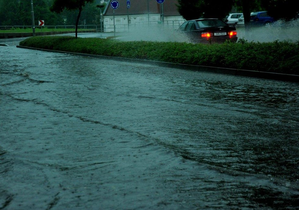 Silnice v Kadani byla skoro jako řeka.