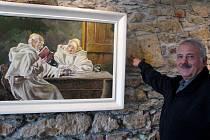 Václav Suchopárek u jednoho ze svých obrazů, které nyní vystavuje v galerii Lurago.