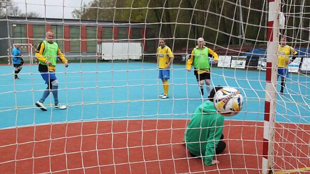Hráči Astorie ( v zeleném) vstřílejí jeden ze šesti gólů do sítě 1. FC Rybníček Jirkov.