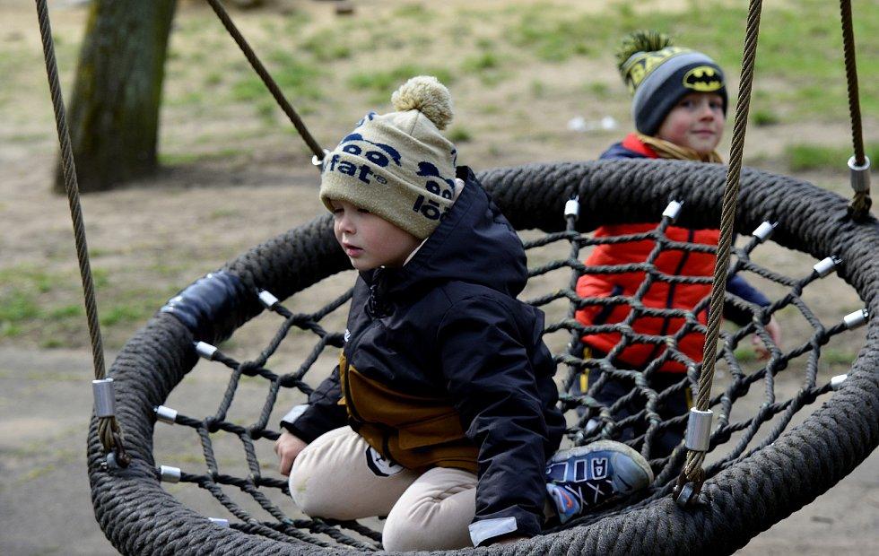 Spousta návštěvníků zaplnila prostory zooparku v Chomutově. Byla otevřena i dětská hřiště a občerstvení.