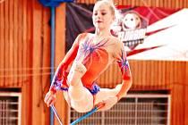 Na snímku je zachycena při sestavě bronzová chomutovská gymnastka Adéla Poláchová.