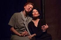 Divadlo Kampa přiveze ve středu 11. srpna na zámek Červený Hrádek představení, které se divákům vryje pod kůži. Inscenace Edith Piaf: Dnes nechci spát sama mapuje životní příběh světově proslulé zpěvačky.