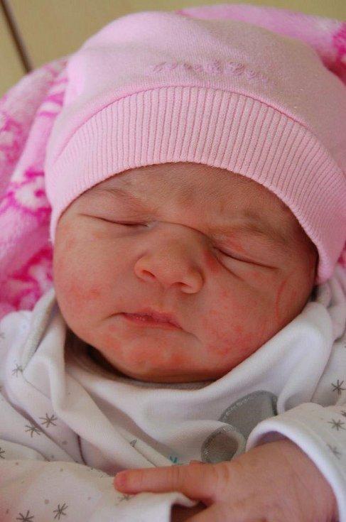 Nikolka Vačlenová prvně spatřila světlo světa 15. 4. v 9:34 hodin v chomutovské porodnici. Měřila 51 cm a vážila 3,2 kg. Největší potěšení z ní má maminka Marie Karabová.