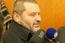 Alexandr Novák v obležení mikrofonů po vynesení rozsudku.