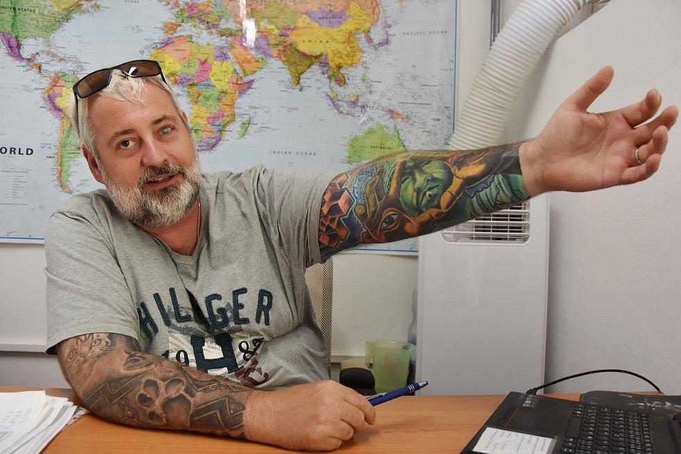 Ústečan Martin Peroutka před lety koupil paneláky v Hradci u Kadaně. Za obchodníka s chudobou se nepovažuje.