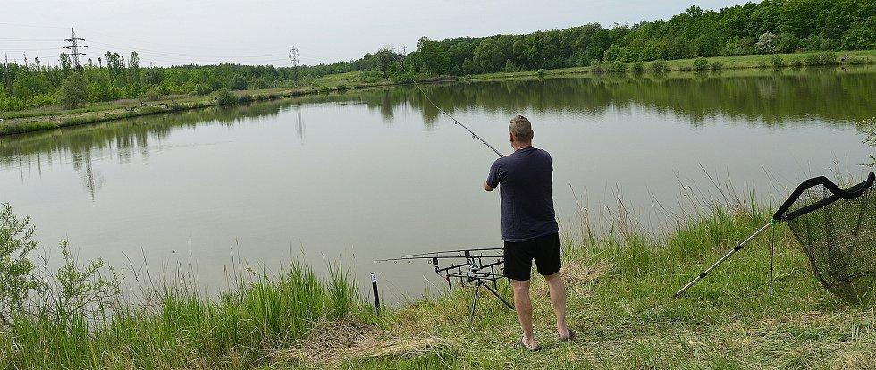Na soukromém rybníku u Kyjic na Jirkovsku soutěžili rybáři