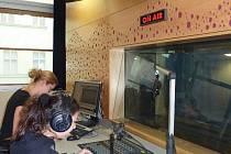 Mladí reportéři z Jirkova pustili svou reportáž do éteru ve studiu Českého rozhlasu.