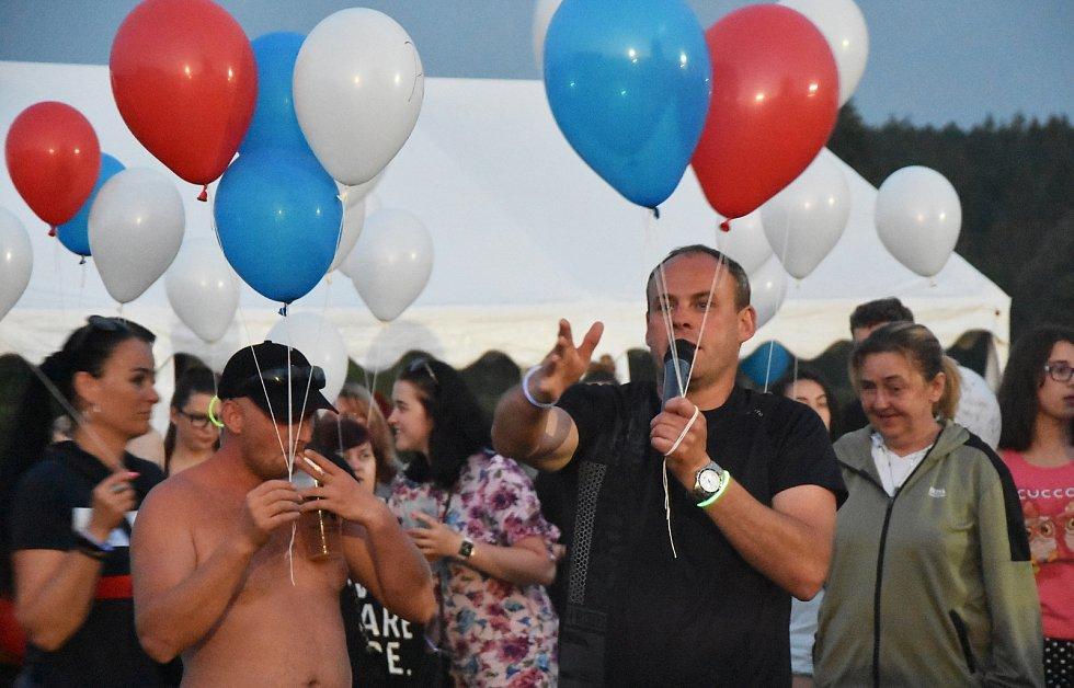 Ve Strupčicích se rozloučili s dobou covidovou tak, že do oblak vypustili stovky balonků v národních barvách.