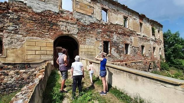 Ruina zámku v Pětipsech. Ilustrační foto