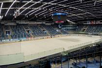 V Rocknet Aréně v Chomutově začala příprava ledu ve velké hale. Po základním nástřiku vápna s křídou začalo kropení a příprava na novou sezonu.