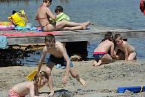 Přes třicet stupňů celý den. Pro mnohé znamení se sbalit a vyrazit k vodě. V Chomutově a v Klášterci se přišlo vykoupat tento rok zatím nejvíce lidí, Kadani chybělo k letošnímu rekordu jen pár stovek návštěvníků.