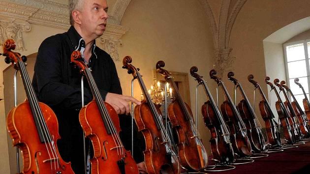 Součástí festivalu je výstava houslí, tentokrát z osmi zemí světa. Exponáty představil Jaroslav Svěcený.