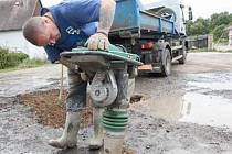ZA PÁR HODIN HOTOVO. Až po osobní návštěvě a třech týdnech čekání přijeli dělníci opravit prasklý vodovod. Práce jim zabrala jen pár hodin.
