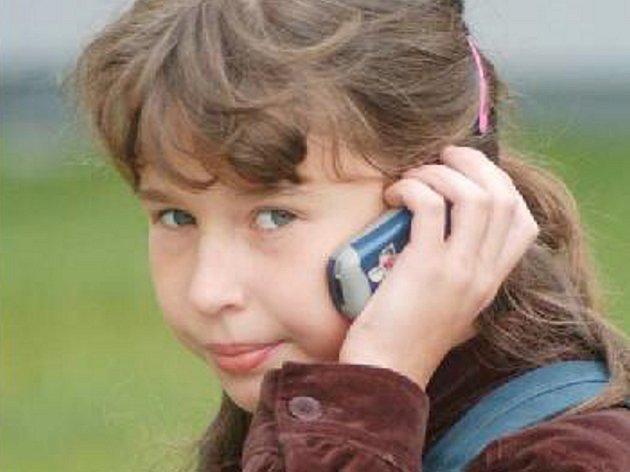 MOBIL. Skoro každý starší školák už má vlastní mobilní telefon. V hodinách je ale používat nesmějí.