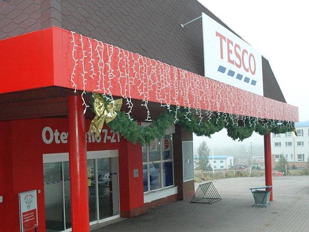 Tesco v Chomutově na Písečné zdobí vánoční dekorace už dva měsíce před vánocemi.