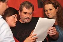 Lídr hnutí PRO Chomutov Daniel Černý mezi příznivci a kandidáty v Café Rouge.