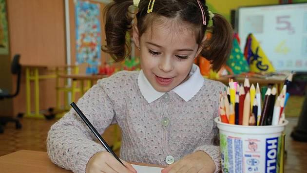 Jedna z dívek na zápisu v soukromé škole Duhová cesta.