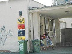 K hrůzné události došlo právě tady, před jirkovskou poštou u Horníka. Přímo pod služebnou městských strážníků.