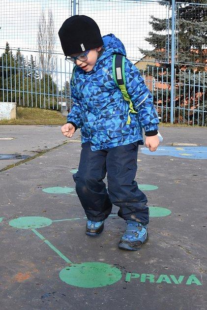 Pětiletý Filípek Kopta si na malované hřiště na chomutovském sídlišti Zahradní chodí hrát se školkou. Tentokrát tam zašel smaminkou.