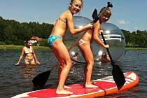 Ilustrační foto. Paddleboardy je možné využít na mnoho způsobů.