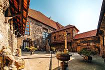 Magické místo uprostřed centra v Chomutově skrývá budova radnice. Jmenuje se Mnišský dvoreček a najdete ho za dveřmi zdejšího muzea.