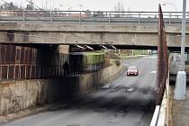 První dva dubnové týdny bude silnice pod mostem kvůli demolici uzavřená pro auta i chodce.