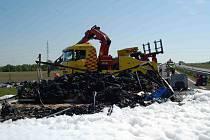 Na R7 u Chomutova se srazil kamion s osobním vozem.