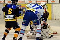 Dalším hracím dnem pro hokejovou přípravu bylo úterý 19. srpna, když se na chomutovském ledě střetly v severočeském derby sousední prvoligový Chomutov jako domácí celek s extraligovým Litvínovem. Míka doráží na Fraňka