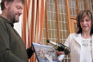 KŘEST 2009. Knihu, která má reprezentovat město a uchovat podobu Chomutova z tohoto roku, pokřtila primátorka Ivana Řápková společně s jedním z autorů Jaroslavem Pachnerem.