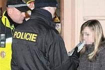 PILA NEBO NE? V pátek kontrolovali policisté i dívku na Husově náměstí. Tam je několik restaurací a diskotéka, chodí tam mnoho mladých lidí. Dívka je mladistvá, musí mít rozmazaný obličej.