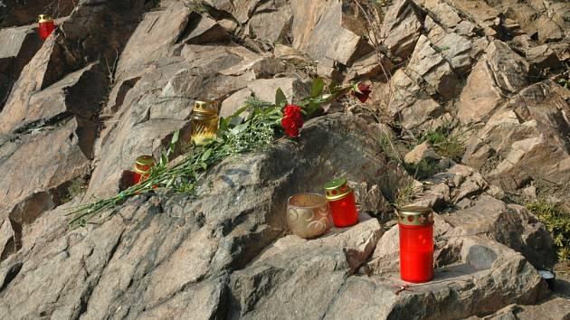 Malá část kláštereckého zámku se změnila v pietní místo. Květiny a svíčky uctívají památku zavražděného Tomáše P. .
