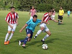 Fotbalisté AFK LoKo Chomutov (v modrém) porazili Ervěnice 3:2 po penaltách