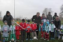 Zástupci FC Chomutov Jaroslav Holan, Jaroslav Krákora a zástupce Severočeských dolů Rudolf Kozák slavnostně otevřeli hřiště s umělým povrchem.