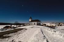 Poslední noc před únorovým úplňkem v obci Kalek na Chomutovsku u kostela sv. Václava. Teplota -4 st C a měsíc svým svitem osvětluje vše jako ve dne. 18. února 2019