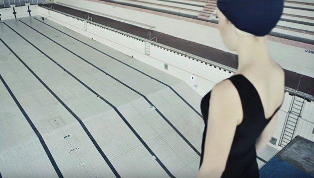Víra. Jedno ze čtyř kampaňových videí filmaři natočili vbývalých chomutovských lázních.