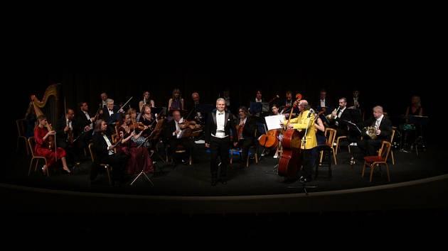 Na úterý 12. října je v Městském divadle v Chomutově od 19 hodin přichystán koncert 31. sezony Festivalového orchestru Petra Macka s názvem Slavné hudební maličkosti.
