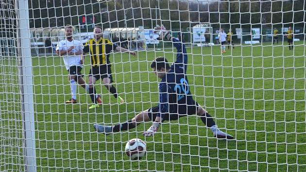 Běží 84. minuta utkání a Daniel Šmok (v bílém) střílí devátý gól Spořic.