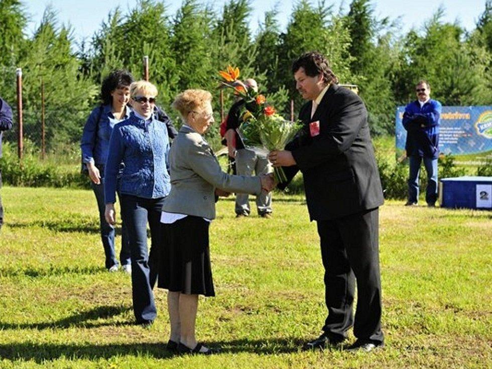 Ředitel závodu Josef Prášil předává květiny paní Jonášové, vdově po panu Jonášovi, na jehož počest se závody konaly.