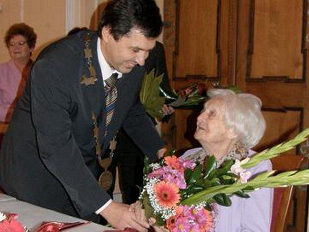 GRATULACE S KVĚTINAMI. K výjimečnému životnímu jubileu pogratuloval Marii Třešňákové i jirkovský starosta Jiří Štejnar.