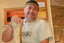 ŽIRAFÍ KOST je jeden z artefaktů, které Martin Šíl v Luragu vystavuje.
