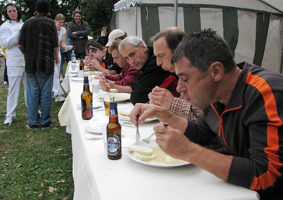 Deset jedlíků v soutěži o to, kdo sní během půl hodiny nejvíc houskových knedlíků se svíčkovou.